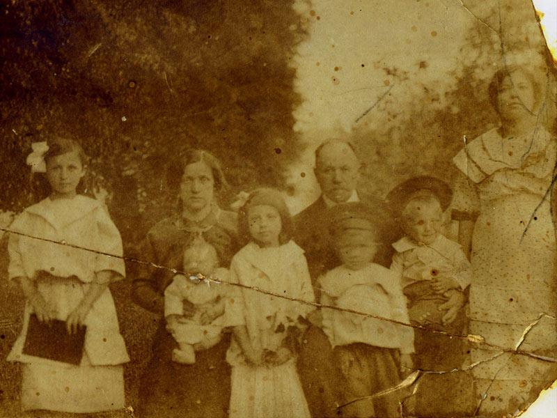 Maria A. entourée de sa famille. de g. 1. Varvara, 2. Anna Petrovna Rozhkovskaïa (mère), 3. Evgenia, 4. Arkhip Karlovitch Rozhkovskiy (père) 5. Mikhail (frère décedé jeune) 6. Aleksandre 7. Maria