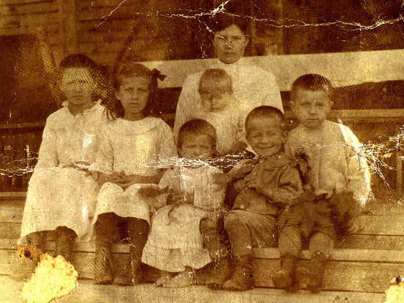 Ses soeurs et frères, de g. : 1. Varvara, 2. Evgeniya, 3. Nadiezda, 4. Aleksandre, 5. Mihail et 6. la petite Elena