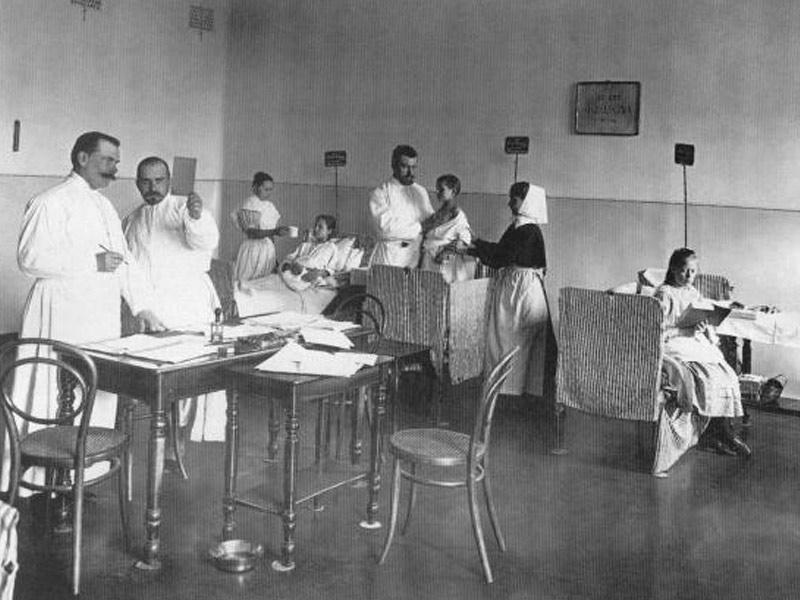 Médecins examinent des enfants dans la salle d'hôpital pédiatrique du Prince PG Oldenburg. Photo par K.K.Bulla. 1900