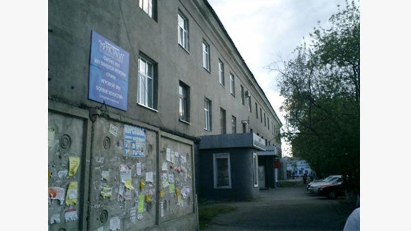 Le bâtiment de l'Institut « SibtsvetmetNIIproekt » du côté de la rue de L. Prushinskaya (vue d'aujourd'hui). A l'époque de OTB-1 dans ce bâtiment ont lieu travaux de camp, se trouvaient l'unité médicale et le bureau des projets. (лагуправление, санчасть и проетный отдел). « OTB-1 » a été créé en 1949, et en 1956 il a été réorganisé en l'Institut « SibtsvetmetNIIproekt ». Dès lors, bien sûr, pas des prisonniers, mais des scientifiques libres y travaillaient. Dans les années soixante, l'ancien bâtiment de l'institut a été détruit et un nouveau bâtiment a été construit à proximité, qui a cependant été donné à l'université de Krasnoïarsk. Maintenant il y a une faculté de droit de SibFU.
